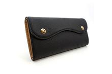 ドイツシュリンクを使用した黒色のカブセ型長財布