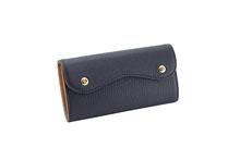 Mezzo Shrinkを使用したネイビー色のカブセ型長財布