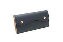 ノブレッサカーフを使用したネイビー色のカブセ型長財布