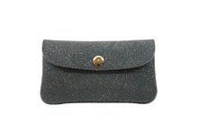 シープレザーを使用した灰色のカブセ型長財布