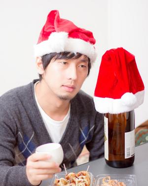 サンタの帽子をかぶった男性