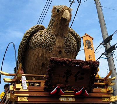 鷹の人形が乗った山車