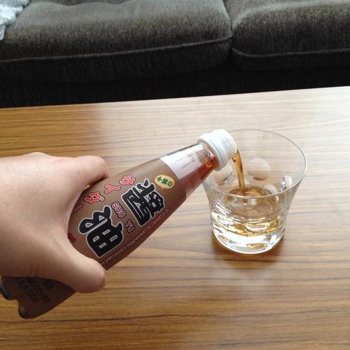 グラスに醤油サイダーを注ぐ