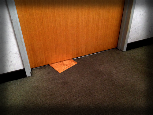 ドアの下から出てきた謎の紙