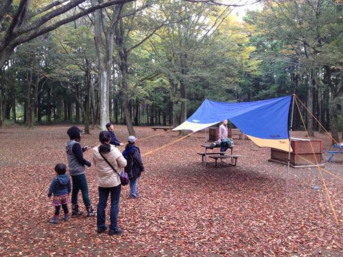 キャンプ場でテントを張る人たち