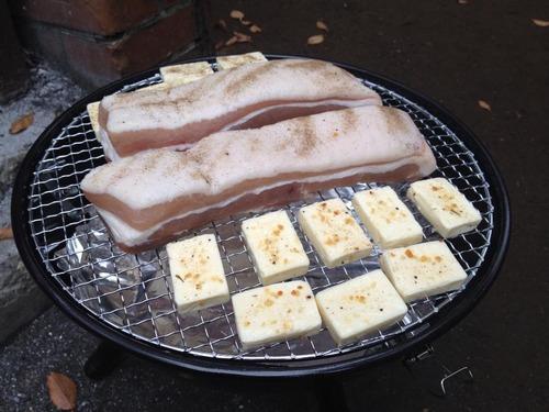 網の上で焼かれるベーコンとチーズ