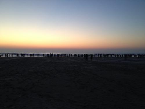 海岸沿いで初日の出待つ人たち