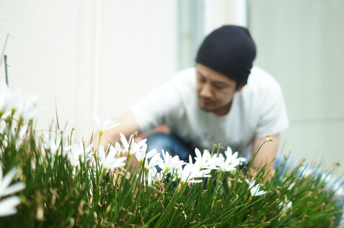 花壇で作業をする男性