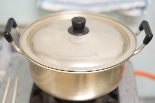 落花生を鍋で蒸らす
