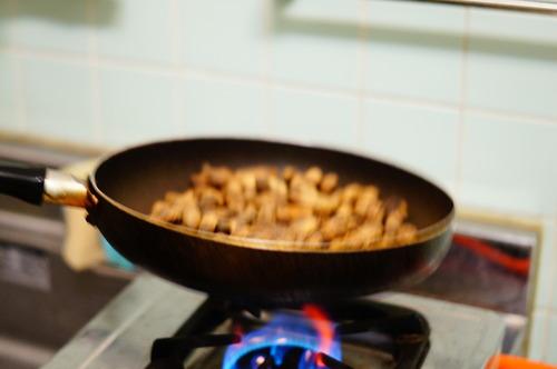 フライパンで煎られる落花生