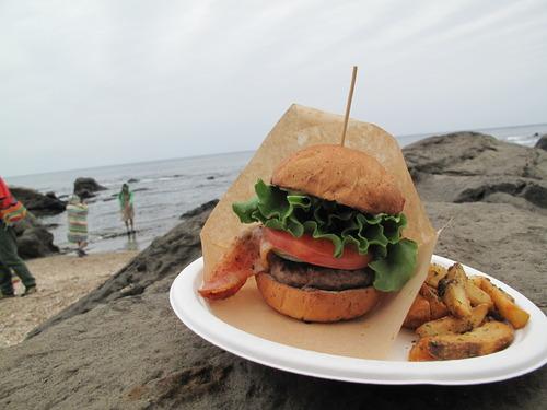 ボリューム満点のハンバーガーとポテト
