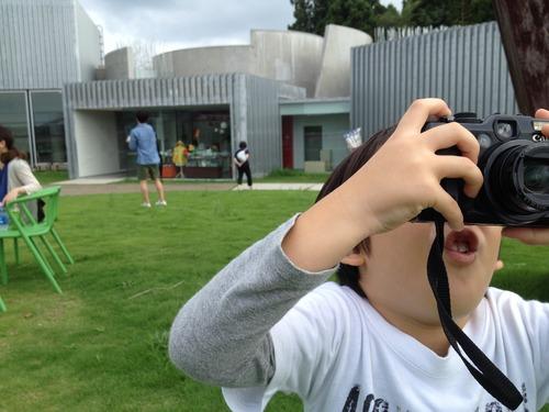 カメラを持った子ども