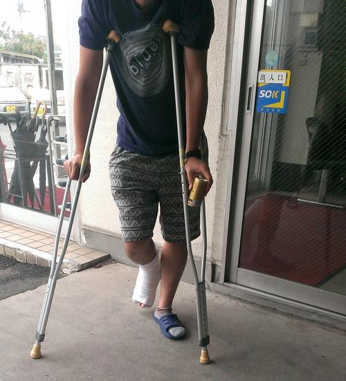 足を怪我した男性