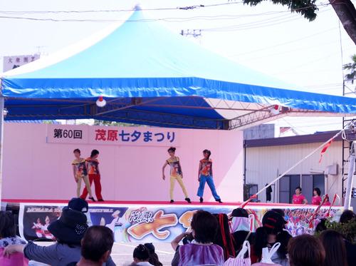 ステージ上で催し物をする人たち