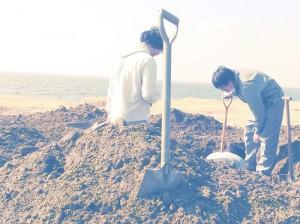 砂浜で穴掘り練習