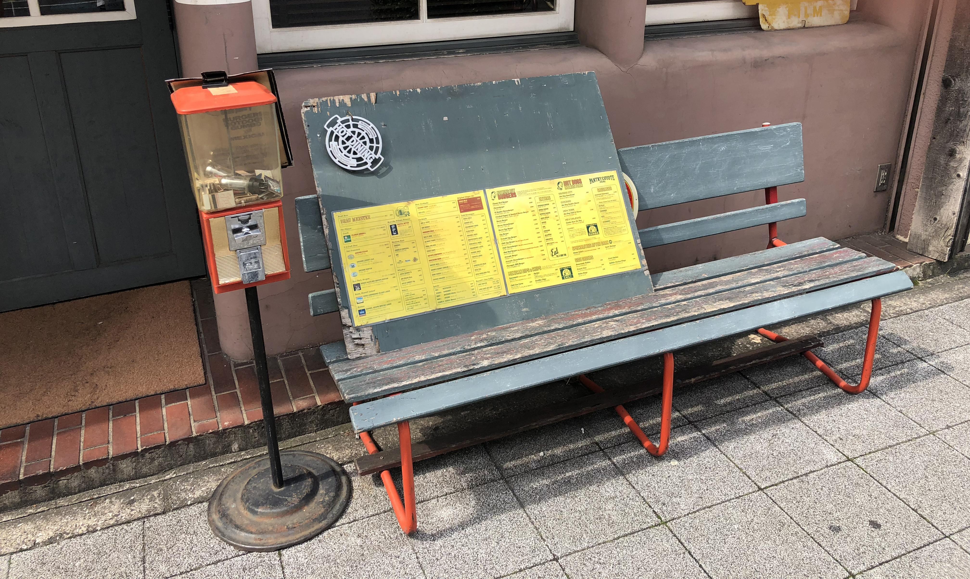 ビンテージ風のベンチとメニュー