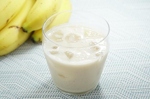 グラスに入ったバナナミルク甘酒