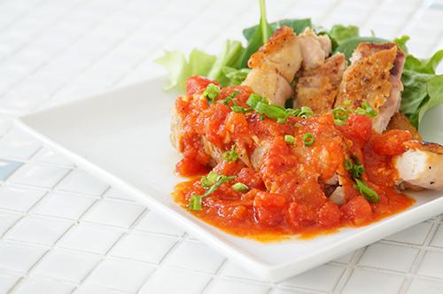 お皿に盛られた甘酒入りスタミナガーリックトマトチキン